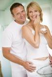 Coppie in stanza da bagno con la crema di fronte Fotografia Stock Libera da Diritti