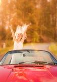 Coppie su un'automobile nella strada Fotografia Stock