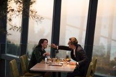 Coppie su una cena romantica al ristorante fotografia stock