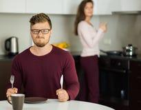 Coppie su una cucina a casa Fotografia Stock