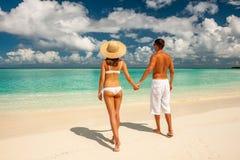 Coppie su una spiaggia alle Maldive immagini stock
