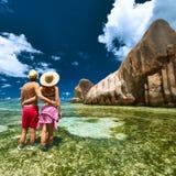 Coppie su una spiaggia alle Seychelles Fotografia Stock Libera da Diritti