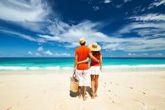 Coppie su una spiaggia alle Seychelles Immagine Stock