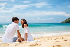 Coppie su una spiaggia tropicale Fotografia Stock