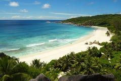Coppie su una spiaggia tropicale di paradice Fotografia Stock