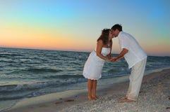 Coppie sul baciare della spiaggia Fotografie Stock Libere da Diritti