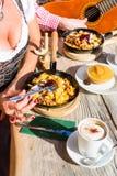 Coppie sul cibo Kaiserschmarrn della capanna della montagna Fotografie Stock Libere da Diritti