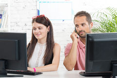 Coppie sul lavoro nell'ufficio, Fotografia Stock Libera da Diritti