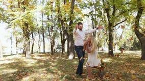 Coppie sul parco di autunno della passeggiata archivi video