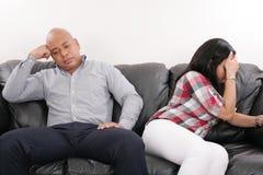 Coppie sul sofà dopo il litigio immagine stock