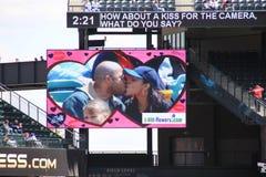 Coppie sulla camma di bacio Fotografia Stock