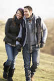 Coppie sulla passeggiata romantica del paese nell'inverno Fotografia Stock