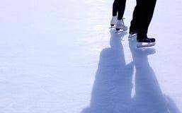 Coppie sulla pista di pattinaggio pattinante Fotografia Stock