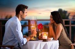 Coppie sulla sera di estate che ha cena romantica Immagine Stock