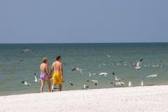 Coppie sulla spiaggia Fotografia Stock