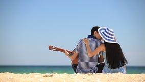 Coppie sulla spiaggia video d archivio
