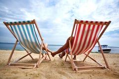 Coppie sulla spiaggia Immagini Stock