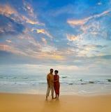 Coppie sulla spiaggia al tramonto Immagini Stock Libere da Diritti