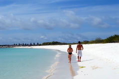 Coppie sulla spiaggia bianca della sabbia Fotografia Stock