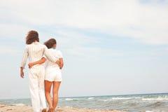 Coppie sulla spiaggia che gode della vacanza immagini stock libere da diritti
