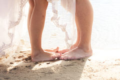 Coppie sulla spiaggia sabbiosa Immagine Stock Libera da Diritti