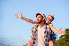 Coppie sulla vacanza, felice con un grande sorriso Fotografie Stock
