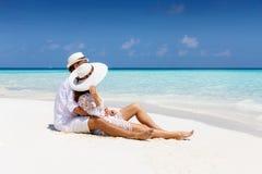 Coppie sulla vacanza su una spiaggia tropicale immagini stock libere da diritti