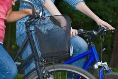 Coppie sulle bici Fotografia Stock