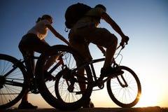 Coppie sulle biciclette Immagine Stock