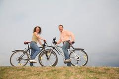 Coppie sulle biciclette Fotografia Stock