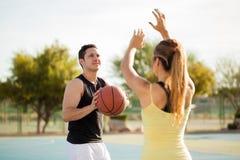 Coppie sveglie che giocano pallacanestro Immagine Stock Libera da Diritti