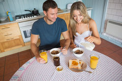 Coppie sveglie che mangiano prima colazione insieme Fotografia Stock
