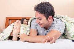 Coppie sveglie che si trovano a letto dormendo fotografia stock libera da diritti