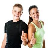 Coppie teenager di forma fisica che fanno i pollici su Fotografia Stock Libera da Diritti