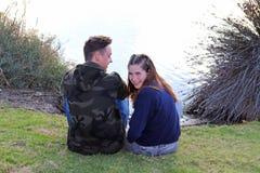 Coppie teenager felici di età divertendosi nel parco Fotografie Stock