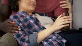 Coppie tenere che si tengono per mano delicatamente, godendo del loro amore, relazione affidabile immagine stock libera da diritti