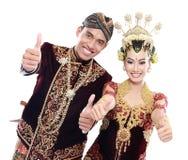 Coppie tradizionali felici di nozze di Java con i pollici su Immagini Stock Libere da Diritti