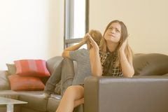 Coppie tristi dopo la discussione o disfacimento che si siede su un sofà nel salone in una casa dell'interno fotografie stock libere da diritti