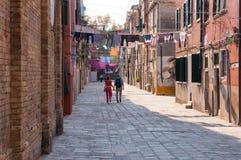 Coppie turistiche che si tengono per mano wile che esplora le vie di Venezia Fotografie Stock Libere da Diritti