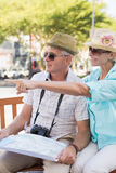 Coppie turistiche felici che esaminano mappa nella città Fotografie Stock Libere da Diritti