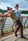 Coppie urbane divertendosi dal fiume Fotografia Stock