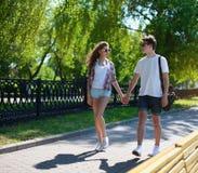 Coppie urbane teenager nella camminata di amore Fotografia Stock Libera da Diritti