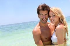 Coppie in vacanza alla spiaggia Fotografia Stock Libera da Diritti