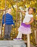 Coppie varie i bambini che giocano insieme Fotografie Stock Libere da Diritti