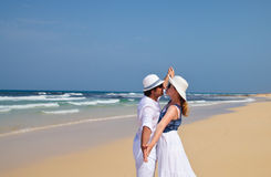 Coppie in vestiti bianchi che ballano su una spiaggia Fotografia Stock