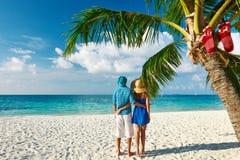 Coppie in vestiti blu su una spiaggia a natale Fotografie Stock