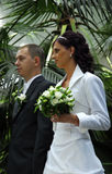Coppie Wedded in giardino   Immagini Stock