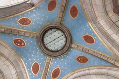 Copra con una cupola dentro la basilica della nostra signora del rosario frammento Lourdes, Francia Fotografia Stock