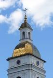 Copra con una cupola e un orologio di una cattedrale cristiana Fotografia Stock Libera da Diritti