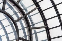Copra con una cupola il soffitto con le finestre esagonali in un mercato coperto Fotografie Stock
